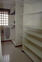 Closet do quarto maior, com direito a tábua e ferro de passar roupa