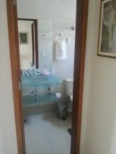 Banheiro moderno e espaçoso.