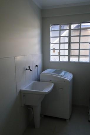 Área de serviço com tanquinho e máquina de lavar