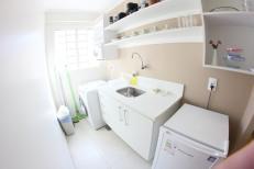 Cozinha, máquina de lavar e secar, frigobar e utensílios.