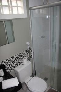 Banheiro quitenete 100.Todo lindo em preto, branco e cinza.