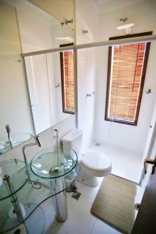 Banheiro lindo e bem iluminado