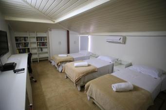 Várias estantes e armários, além do conforto de ter ar condicionado!